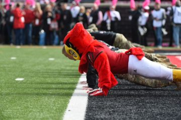 Louie the Cardinal push ups Louisville vs. Wake Forest 10-27-2018 Photo by Austin Sullivan TheCrunchZone.com